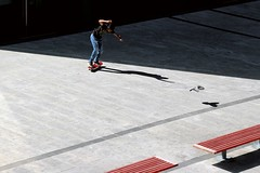Emulazione (meghimeg) Tags: 2016 savona skate skateboard ragazzo boy rosso red royo salto jump uccello bird ombra shadow sole sun diagonale volo flying atterraggio landing