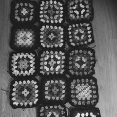 Ett projekt som sakta sakta tuffar på,nu 14 av 63st rutor gjorda. #närblirjagfärdig? #virka #mormorsrutor #poncho #minsvartvitavardag2015 #dag119 (ulricalyhnakis) Tags: square squareformat virka mormorsruta iphoneography instagramapp