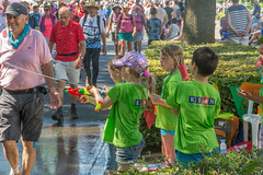 cooling spray 2 (stevefge) Tags: nederland netherlands nederlandvandaag beuningen people street kids children kinderen walkers vierdaagse heat boys girls water candid