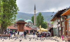 Bascarsija, le quartier ottoman de Sarajevo (Vincent Rowell) Tags: raw tonemapped balkans2016 bosniaandherzegovina sarajevo bascarsija sebilj mosque minaret market pigeons