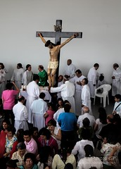 Cristo adorado - 3934 (Marcos GP) Tags: peru lima iglesia catolica seor jesuscristo crucifijo adoracion marcosgp