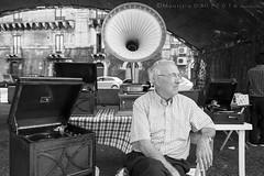 Il venditore di grammofoni (Maurizio ) Tags: street bw d810 nikon nikkor