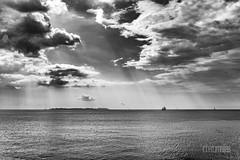 El cielo se rompe. (rmfly) Tags: nubes cielo mar barco blancoynegro nikond800e nikkor24mm14g paisajes luz contraste