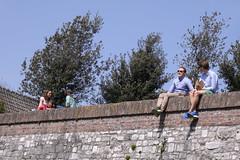 Lekker . . . (willem_huwae) Tags: park canon maastricht bomen zon beton muur jongeren 50d stadswal img0678 willemhuwae