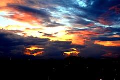 Nuvens coloridas ao entardecer em um dia nublado. (marcusviniciusdelimaoliveira) Tags: nuvens clouds entardecer sunset ligth luz shadow sombra nuvenscoloridas colorclouds horizonte horizon hesperus