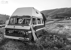 Caravana abandonada (Mihai Csipak) Tags: bw white black paisaje caravana blanconegro fotografa pinademontalgrao