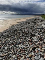 the beach at rosemarkie (violica) Tags: beach scotland highlands unitedkingdom pebbles spiaggia regnounito rosemarkie blackisle morayfirth scozia ciottoli firthofmoray