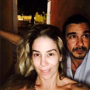 Dani Winits ganha anel de compromisso surpresa de André Gonçalves em viagem