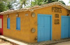 Fases da Lua (jakza - Jaque Zattera) Tags: amarelo fachada decorao ferro enfeites cor porta janela