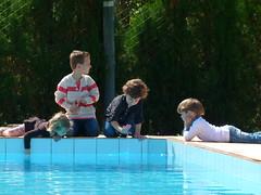Dia ruim para nadar | Cold day, no pool (IgorCamacho) Tags: autumn cold pool children happy funny day felicidade happiness sunny dia piscina criana crianas frio outono infncia ensolarado