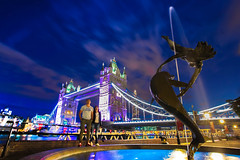 GIRL WITH A DOLPHIN (Rober1000x) Tags: summer 2016 tower bridge night bluehour architecture uk england londres london river fountain dolphin stars longexposure skyline