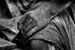 Zum Gedenken  in memory (frodul) Tags: erinnerung friedhof gedenken grab grabmal skulptur trauer hand sw bw einfarbig monochrom deutschland cemetery monument memory