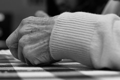 DSC_0347 (Franquito M) Tags: hand manos nikon 35mm blanco negro blancoynegro negroyblanco monocromatico monocrome gris grey bw wb white whiteandblack black blackandwhite grandmother abuela arrugas argentina mano humanos huellas human persona personas people allpeople sentimiento