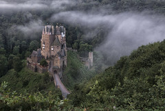 Burg Eltz III (LeiV Photo) Tags: foto photo leivphoto castle château kasteel schloss fog mist nebel clouds wolken nuages burgeltz inexplore rheinlandpfalz höhenburg germany deutschland allemagne duitsland nikonflickraward