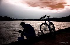 Sei glücklich.. (cornelia_auguste) Tags: abendstimmung abendlicht abendstunde abendhimmel fahrradfahrer fahrrad pause rheinufer rhein düsseldorf corneliaauguste flow outdoor bikerider