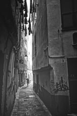 Tra i vicoli (-Makar79-) Tags: canonef24mmf14liiusm 6d streetphotography blackandwhite monochrome