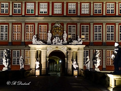Beleuchtetes Schlossportal in Wolfenbttel (Fotoamsel) Tags: bauwerk gebude schloss schlossportal wolfenbttel amabend niedersachsen deutschland