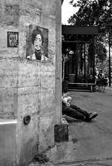 la tte et les jambes (Jack_from_Paris) Tags: l1004351bw leica m type 240 10770 leicasummicronm35mmf2asph 11879 dng mode lightroom capture nx2 rangefinder tlmtrique bw noiretblanc monochrom wide angle paris jambes tte affiches collages beaumarchais mur wall