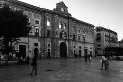 Matera (carmelo.costanzo) Tags: bianco nero matera palazzo piazza basilicata contrasto nikon d3300 street people bw