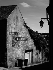 Les Vins Fins - JACOB (pix-4-2-day) Tags: vins wine wein haus house maison laterne lamp street strase black white schwarzweis monochrome highcontrast werbung advert bin mülltonne fassade hausfassade alt old vintage france frankreich bretagne brittany finistère saintrenan lesvinsfins jacob roof dach pix42day