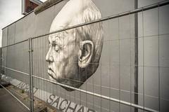 Berliner Mauer. East Side Gallery (Gordon Haws) Tags: berlinermauer berlinwall berlin mhlenstrase ostbahnhof eastberlin westberlin ddr eastgermany eastsidegallery