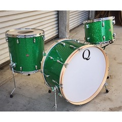 Green Glass glitter has always been one of  my absolute favorite finishes. This set is Maple with Maple re-rings 24, 13, 16. Brushed copper inlays add a nice touch of class. #qdrumco #maple #drums