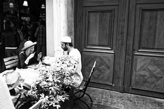 Une couple sans barrires - Paris la ville des toutes les liberts (Paolo Pizzimenti) Tags: cabane plage fouraslesbais charetnte sudouest paris france couleurs motions mer ile amoureux couple barrires libert paolo olympus zuiko penf 12mm f2mirrorless m43 film pellicule argentique