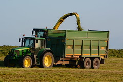 John Deere 7700 SPFH filling a Thorpe Silage Trailer drawn by a John Deere 6930 Tractor (Shane Casey CK25) Tags: john deere 7700 spfh filling thorpe silage trailer drawn 6930 tractor jd green togher cork city first cut firstcut 1st silage16 silage2016 grass grass16 grass2016 winter feed fodder county ireland irish farm farmer farming agri agriculture contractor field ground soil earth cows cattle work working horse power horsepower hp pull pulling cutting crop lifting machine machinery nikon d7100 tracteur traktor traktori trekker trator cignik collecting collect