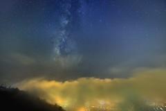 虎頭山琉璃~雲上銀河~  Milkyway above clouds (Shang-fu Dai) Tags: 台灣 taiwan nikon d800e 南投 埔里 虎頭山 琉璃光 飄渺 misty formosa nightscene samyang14mmf28 clouds sky 雲海 琉璃 light landscape galaxy milkyway liulilazurite coloredglasslight