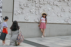 Little girl poses (C. Alice) Tags: wall girl woman street summer 2016 ilce6000 sony a6000 sonya6000 sonysel1670zcarlzeissvariotessart tessar zeiss carlzeiss korea asia seoul