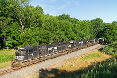 NS 525 @ Newfield, NY (Mathieu Tremblay) Tags: newfield newyork unitedstates ns norfolk southern railroad railway chemin fer train locomotive emd sd80mac 7210 coal 525 charbon ithaca secondary sony a99 sal2470z