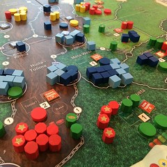 Andean Abyss - เกมมหากาพย์ (ต้องเผื่อเวลา 4+ ชั่วโมงเป็นอย่างต่ำ) ที่จำลองความขัดแย้งระหว่างสี่ฝ่ายในโคลอมเบียสมัยสงครามกองโจรและมาเฟียยาเสพติดครองเมือง สนุกมากเพราะระบบให้แต่ละตาเดินได้แค่สองฝ่าย ฝ่ายที่สองจะทำอะไรได้บ้างขึ้นอยู่กับว่าฝ่ายแรกทำอะไร บางคร