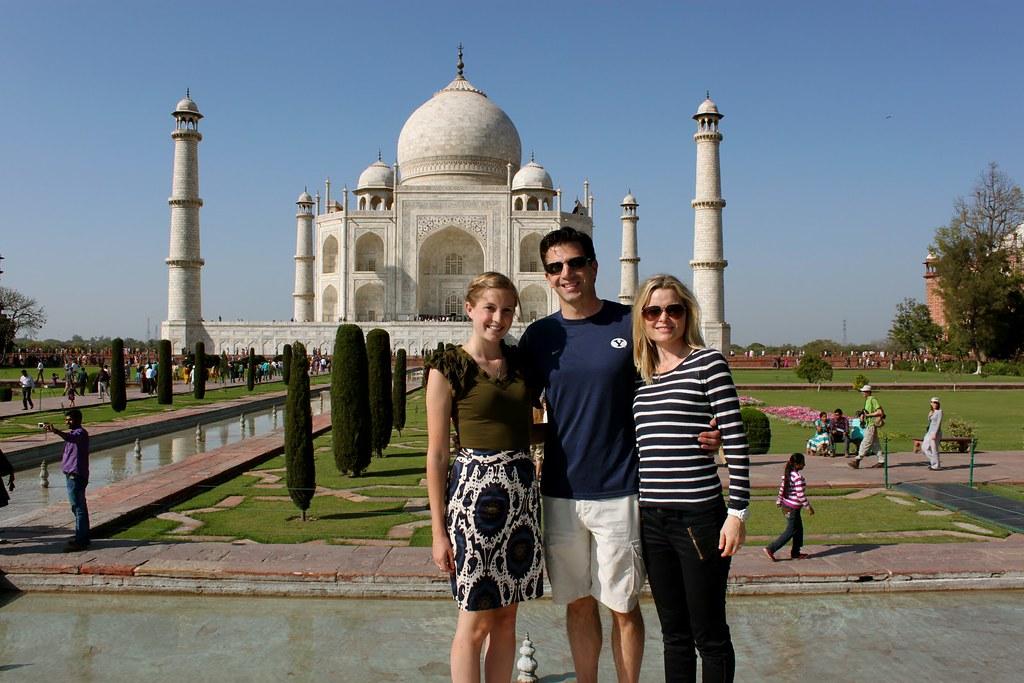 3Đến các nơi thờ tự ở Ấn Độ thì mặc quần, váy dài, che kín phần vai