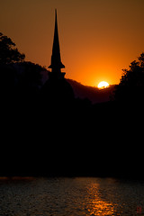 Derniers rayons (Ye-Zu) Tags: sunset stupa thalande bouddha crpuscule sukhothai thailande pagode worldtour tambonmueangkao changwatsukhothai