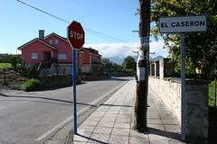 domingo 056 (Jusotil_1943) Tags: domingo lamanjoya oviedo asturias cables letreros seales trafico stop fachada rosa chimenea
