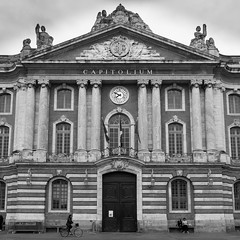 Capitolium (chlo.b.11) Tags: france toulouse tolosa capitole capitalism blackwhite bike architecture
