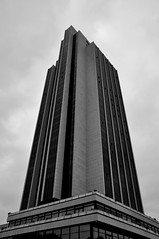 Das Hotel des Congress Centrums Hamburg (Lichtabfall) Tags: hochhaus building gebude hamburg schwarzweiss monochrome blackandwhite blackwhite einfarbig hotel wolkenkratzer