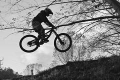Descenso en B&N (camiloriosg) Tags: bicicleta bn deportes descenso