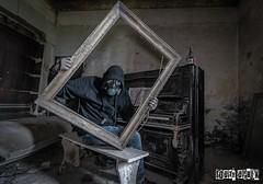 Dans le cadre ... ( In Vino Veritas ) (Herv Brianon Photographie) Tags: cave visage masque urbex viticole vinicole