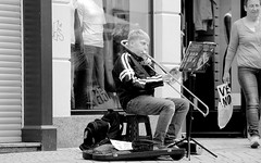 Just one hour in my hometown ! ( 13th run ) - in the pedestrian zone ! (tusuwe.groeber) Tags: street bw musician white black germany deutschland musiker shot sommer sony negro performance musical instrument sw trombone summertime brass schwarz photographing oldenburg blance anfnger niedersachsen lowersaxony weis aufnahme posaune newcomer trombn strase blser pedestrianzones strasenmusik ablichtung fusgngerzone blasinstrumente nex7 musicalstreetperformance