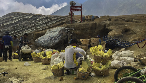 Miners breaking sulfur in smaller pieces - Ijen East Java_IMG_3205