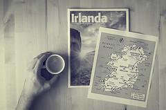 Los preparativos (Graella) Tags: irlanda ireland mapa vacaciones cafe coffee manos hands mans vacances cenital proyecto 52semanas retrato portrait map