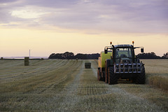 IMG_9321 (L) Tags: tractor fendt field harvest sunset clouds canon eos5dmkiii 7020028lisii