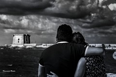 love is... (dwarfphotos) Tags: trapani bianco nero mare amore abbracci nikon d5200