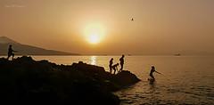 Un bao al atardecer (josemanuelvaquera) Tags: atardeceres agua rocas playas sol siluetas ceuta