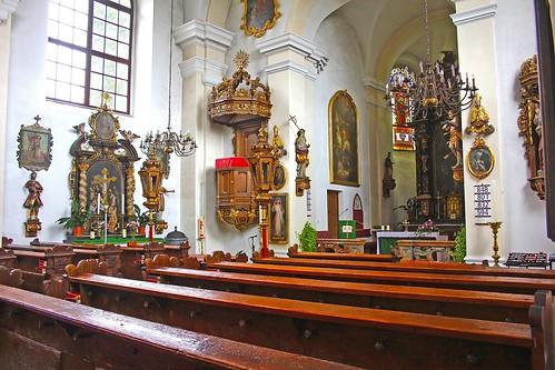 Artstetten. Schlosskirche. Langhaus mit Kanzel und Seitenaltar