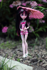 Milly and Roxy (Emerald_Fairy) Tags: monster monsterhigh doll draculaura dollphotography dolltattoo repaint ooak ooakhowleen ooakdoll ooakdolls howleen monsterhighooak