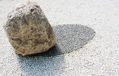 JOUR 217 : Fausse ombre peinte, vrais petits cailloux blancs. (Anne-Christelle) Tags: monolithe caillou pierre galet leeufan sculpture art chateaulacoste projet365 365project