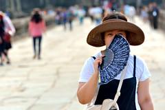 Hidden (kabezuki) Tags: nikon d5200 nikkor angkor camboya cambodia street asia lady mujer mirada sombrero gaze puente