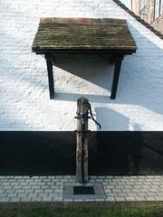 Fontaine du béguinage à Bruges (alain_halter) Tags: eau belgique bruges fontaine façade réverbère auvent faade rverbre régionflamande ržverbre